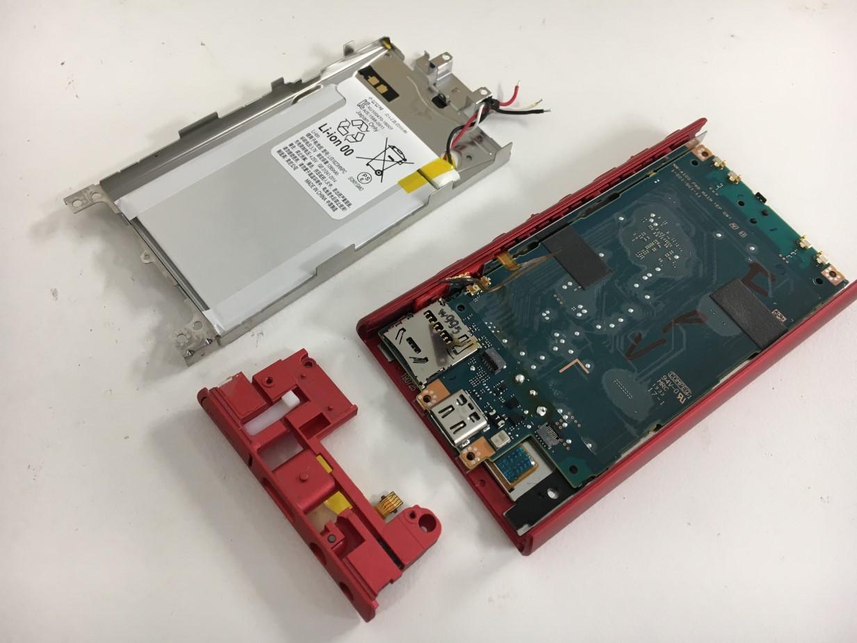 はんだ小手を使ってバッテリーを本体から取り出したウォークマン NW-A105