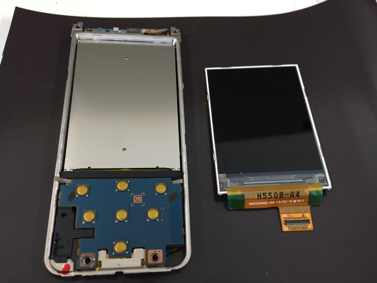 液晶画面を本体から取り出したWALKMAN NW-S14