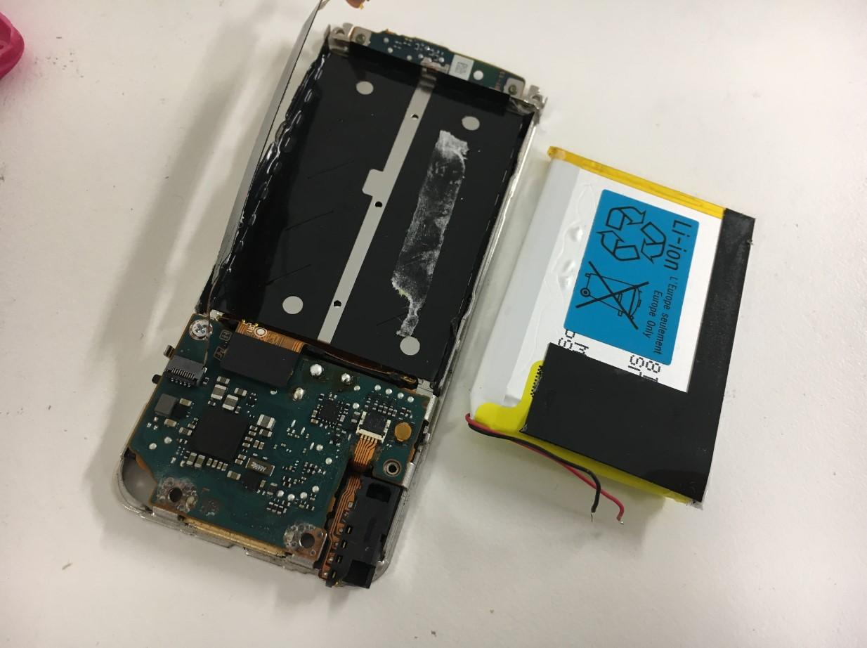 バッテリーを取り出したWALKMAN NW-S786
