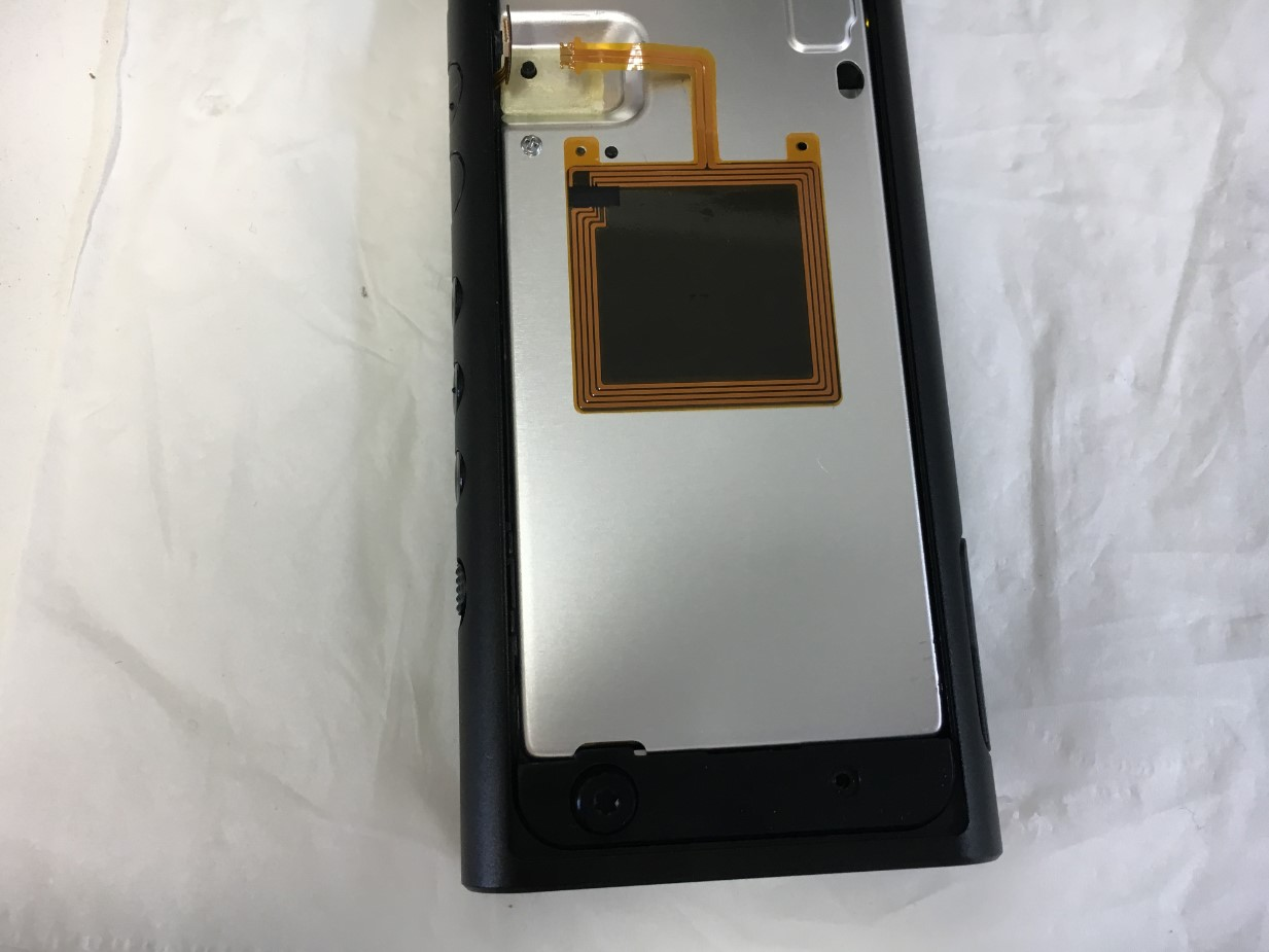 内部のネジを取ろうとしているウォークマン NW-ZX300