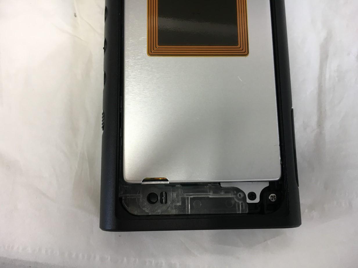 内部のプラスチックパーツを剥がしネジを外しているウォークマン NW-ZX300