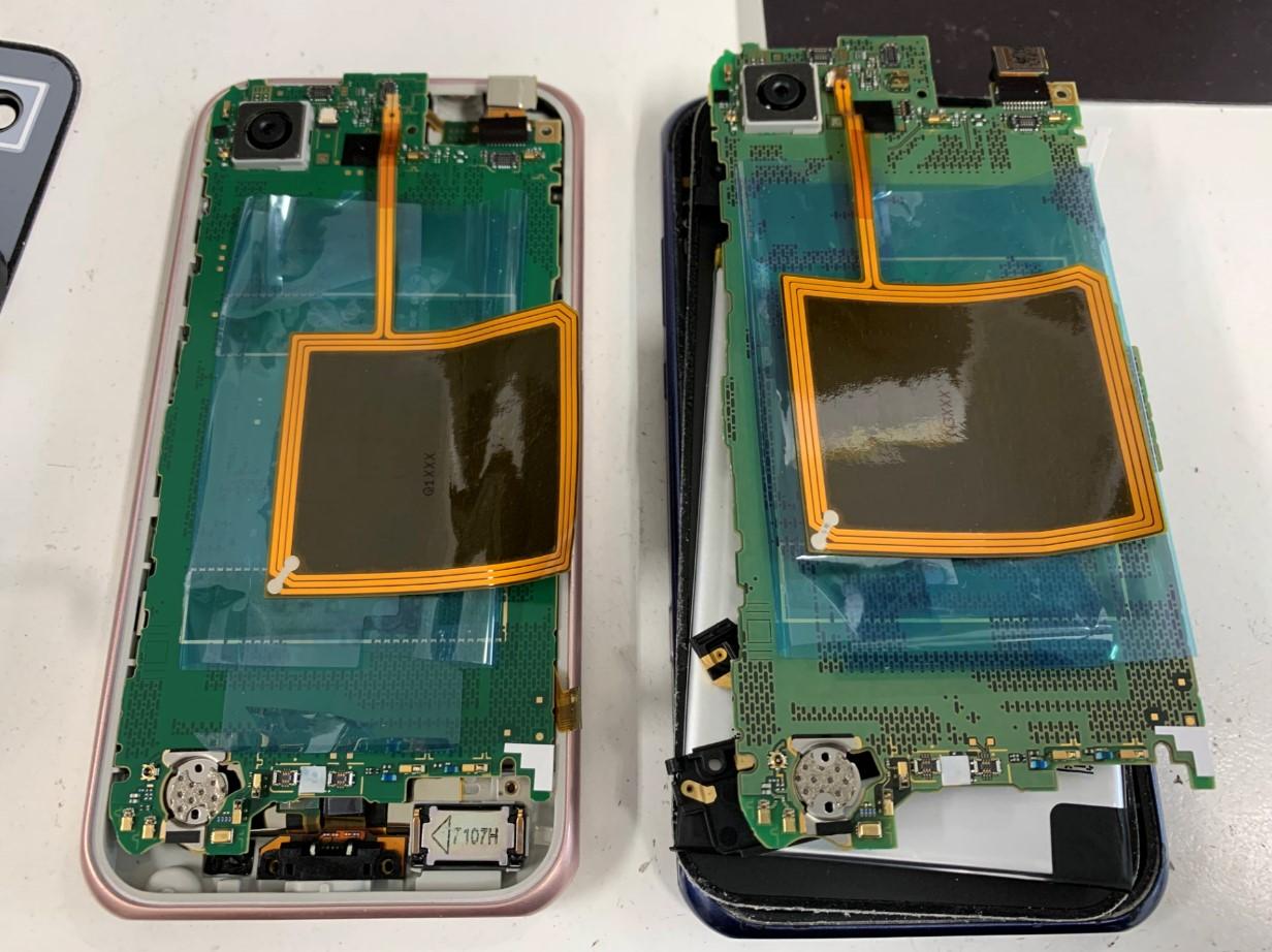 2台ともバラバラに分解して基板を取り出したAQUOS SERIE mini(SHV38)
