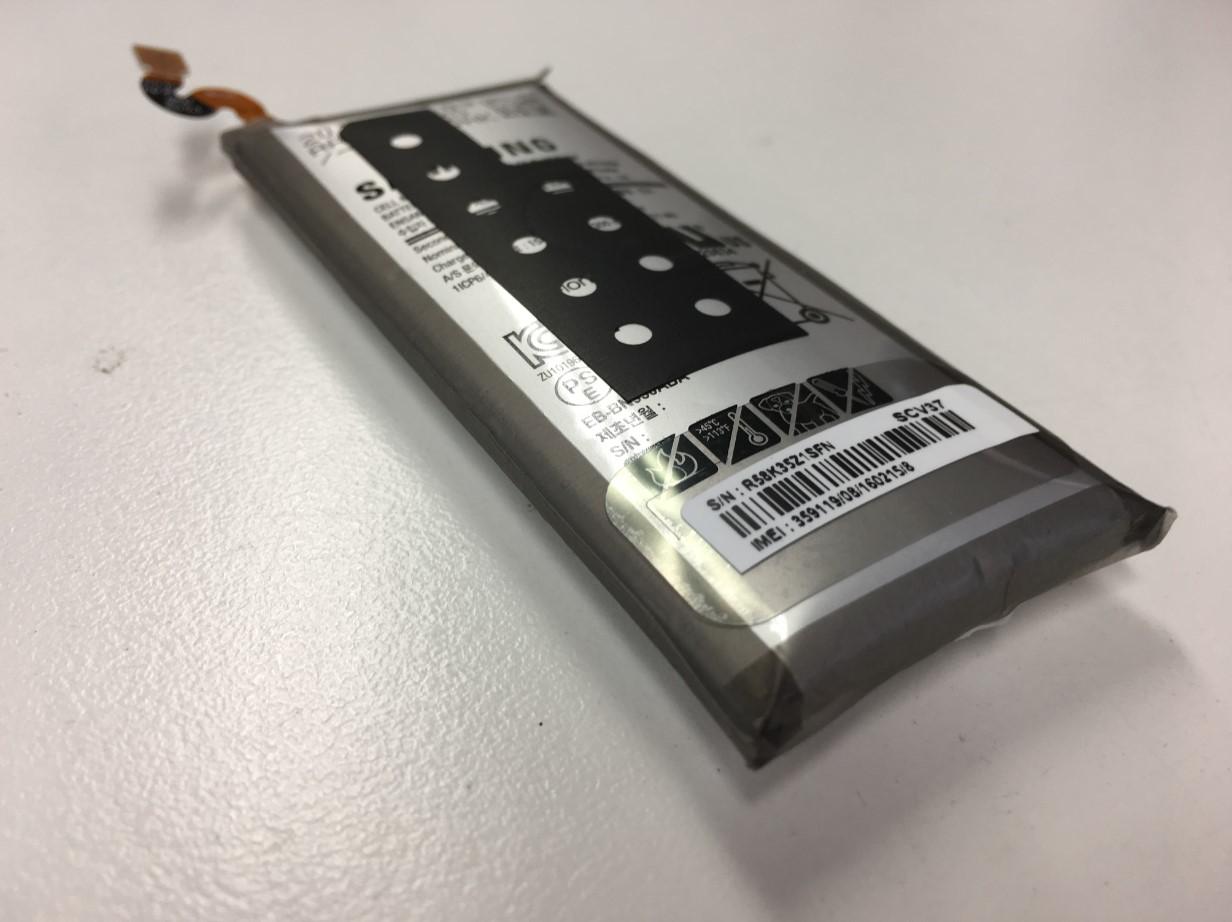 膨張したバッテリーを本体から取り出したGalaxy Note8