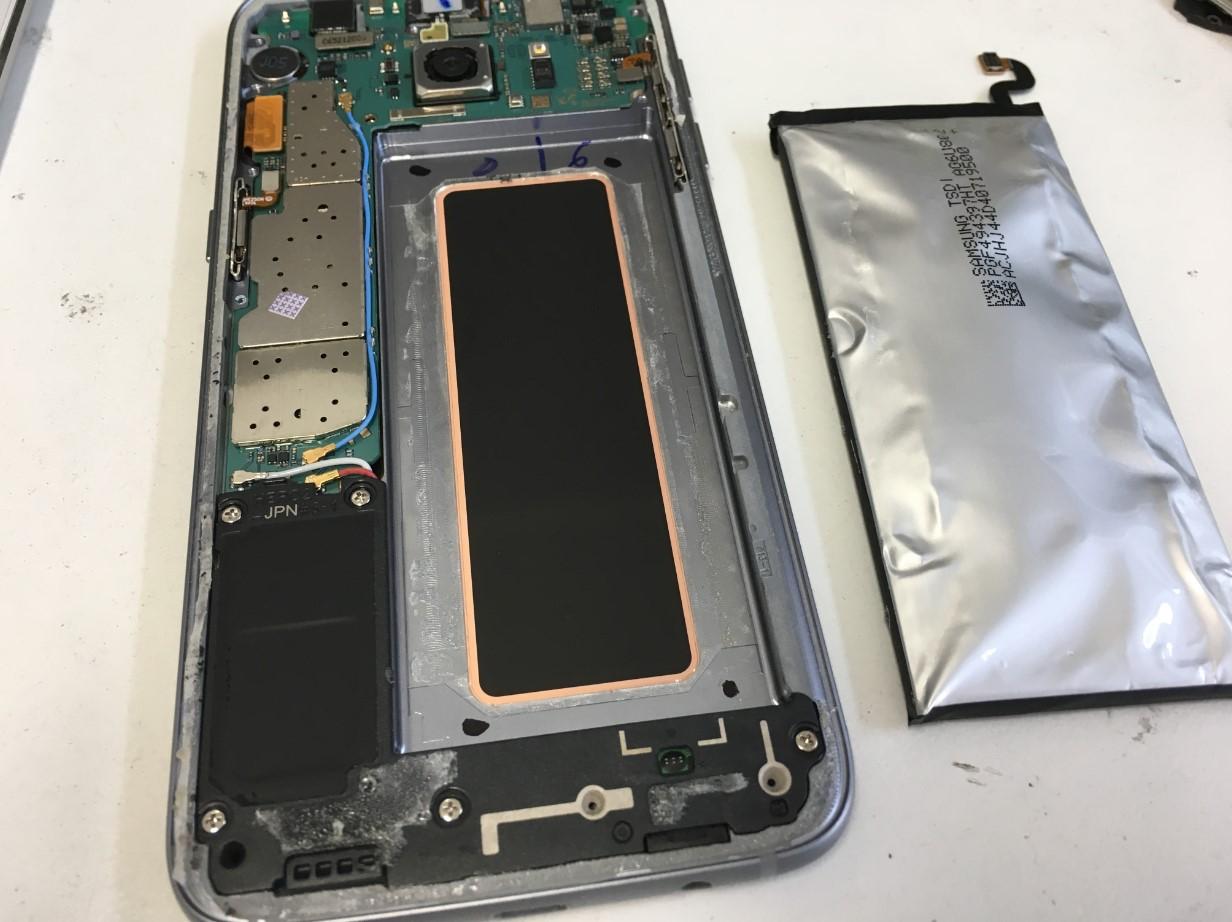 バッテリーを本体から取り出したGalaxy S7 Edge