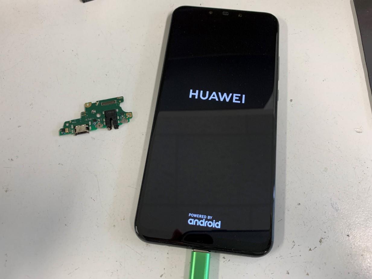 電源ボタンを押すとロゴが表示されたHUAWEI nova3