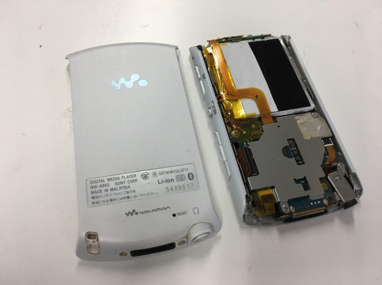背面パネルを剥がしたウォークマン NW-A865
