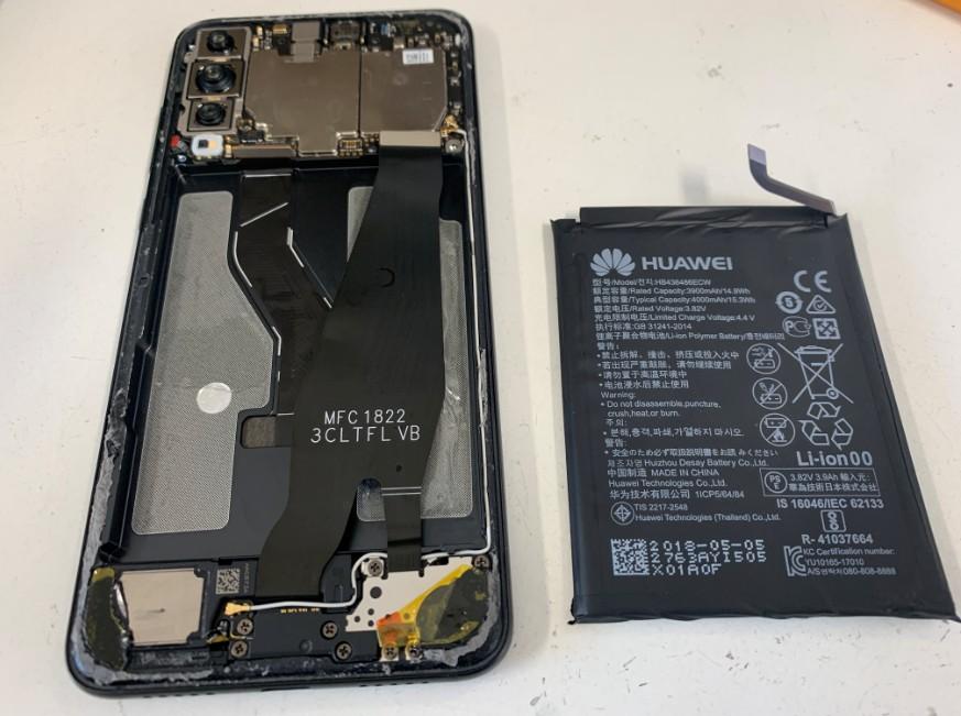 バッテリーを本体から取り出したP20 Pro