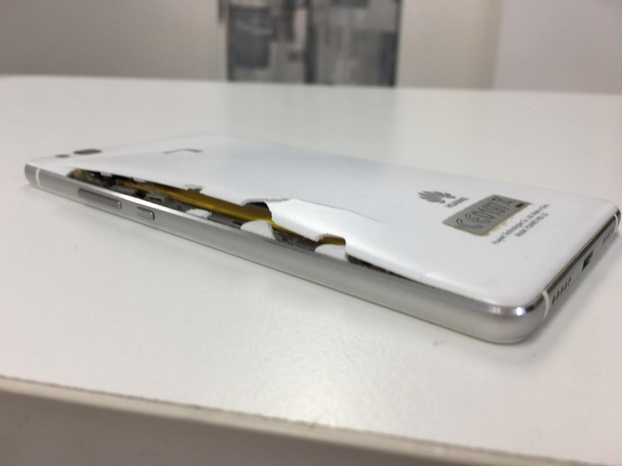バッテリー膨張により背面パネルが浮いて変形しているHUAWEI P9 lite