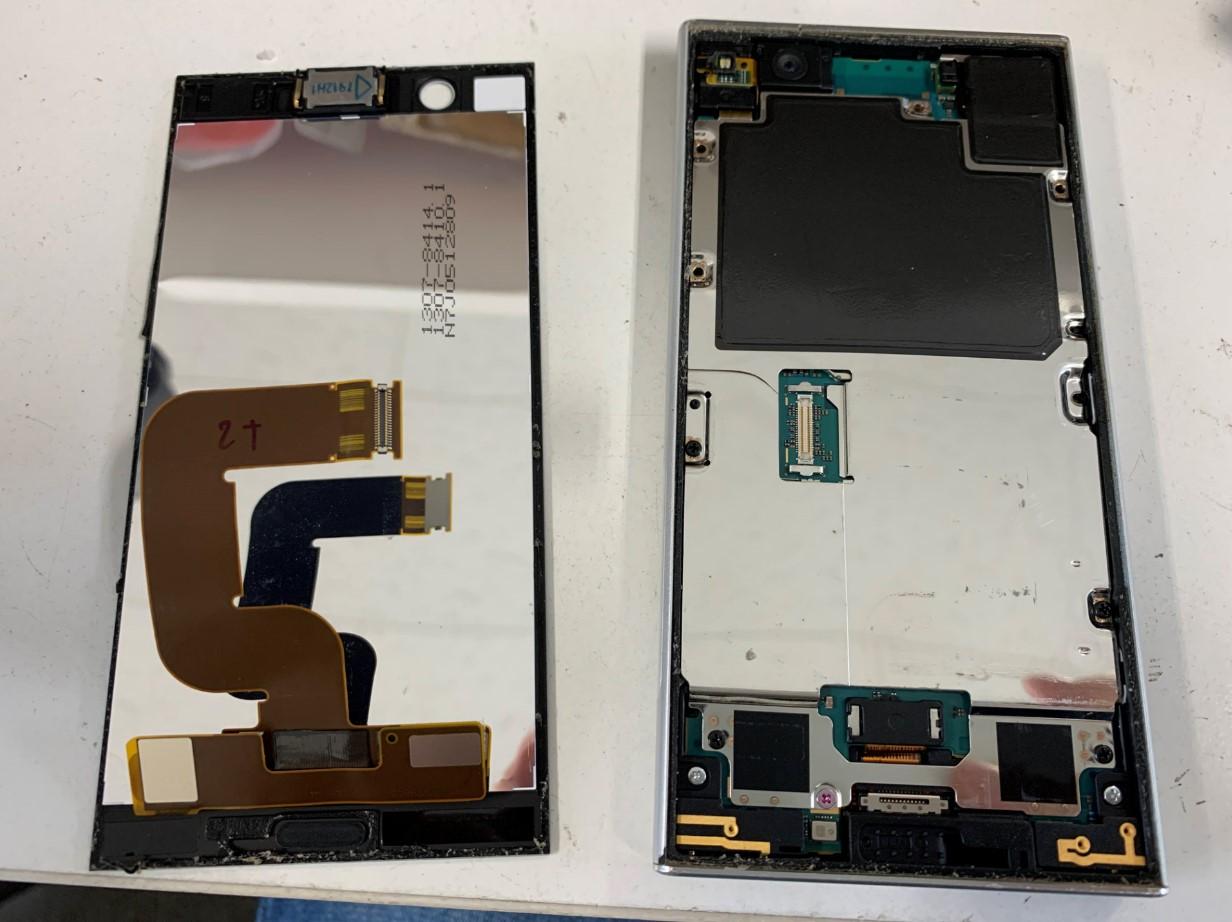 画面を剥がしたXperia XZ1 Compact