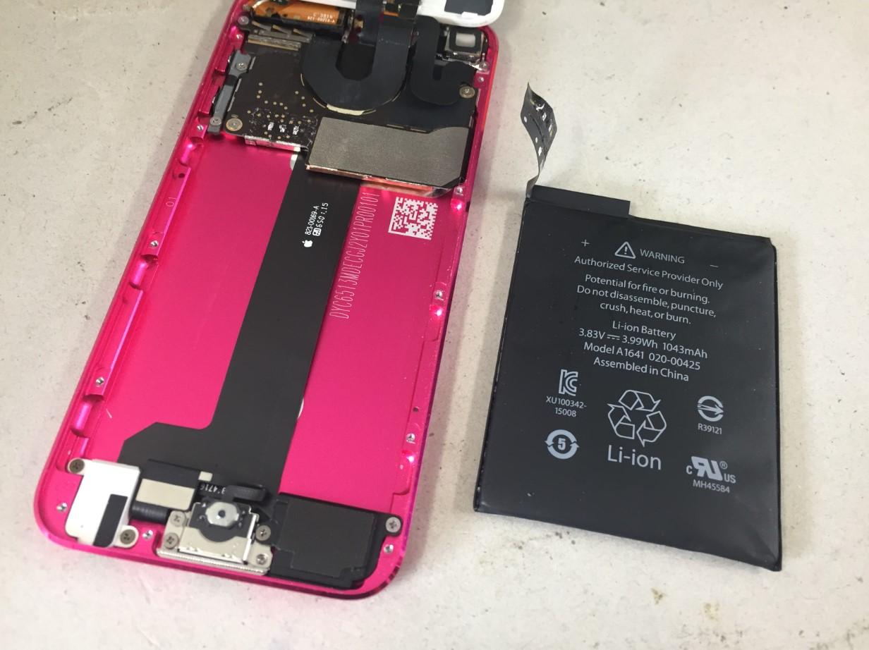 本体からバッテリーを取り出したiPodTouch6
