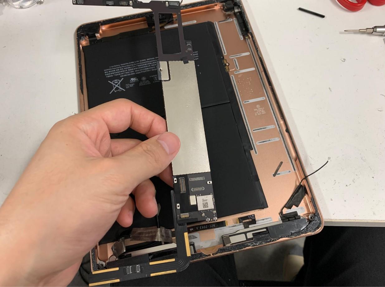 本体から基板を取り出したiPad第6世代