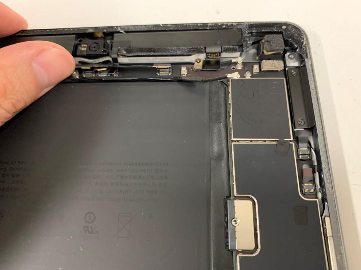 本体上部のコネクタを外しているiPad第7世代