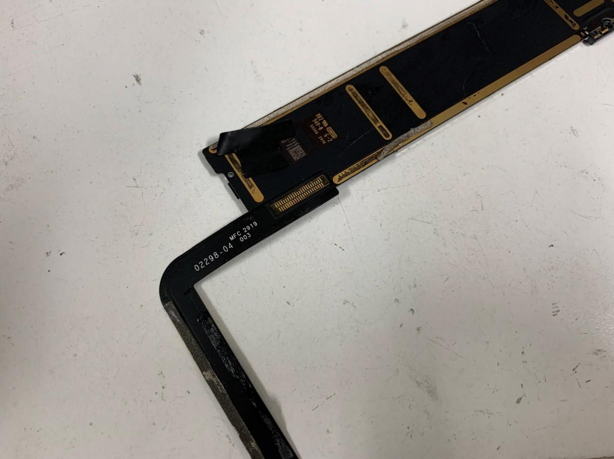 iPad第7世代の充電口が基板に接続されている箇所