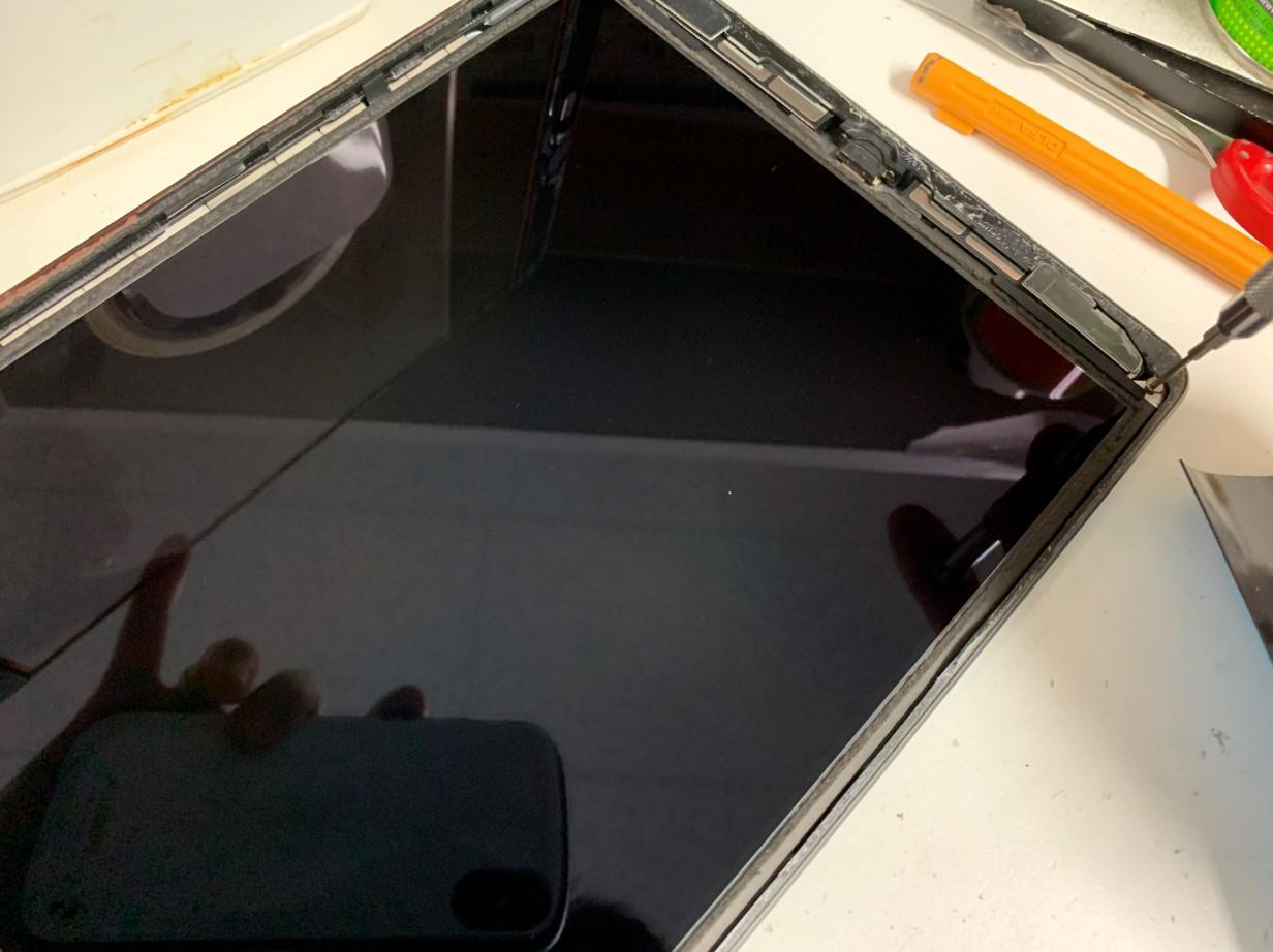 液晶を止めたネジを外しているiPad第7世代