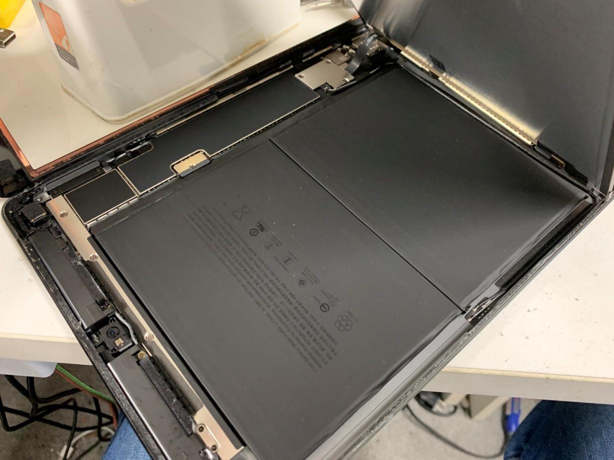 液晶を持ち上げたiPad第7世代