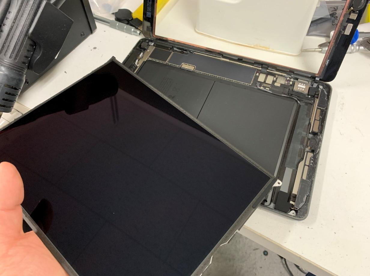 本体から液晶画面を取り出したiPad第7世代