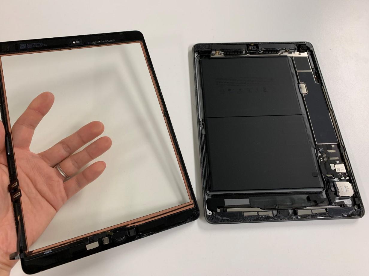 タッチパネルを本体から取り出したiPad第7世代