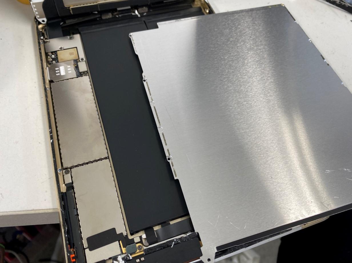 本体内の銀板を剥がしたiPad mini3