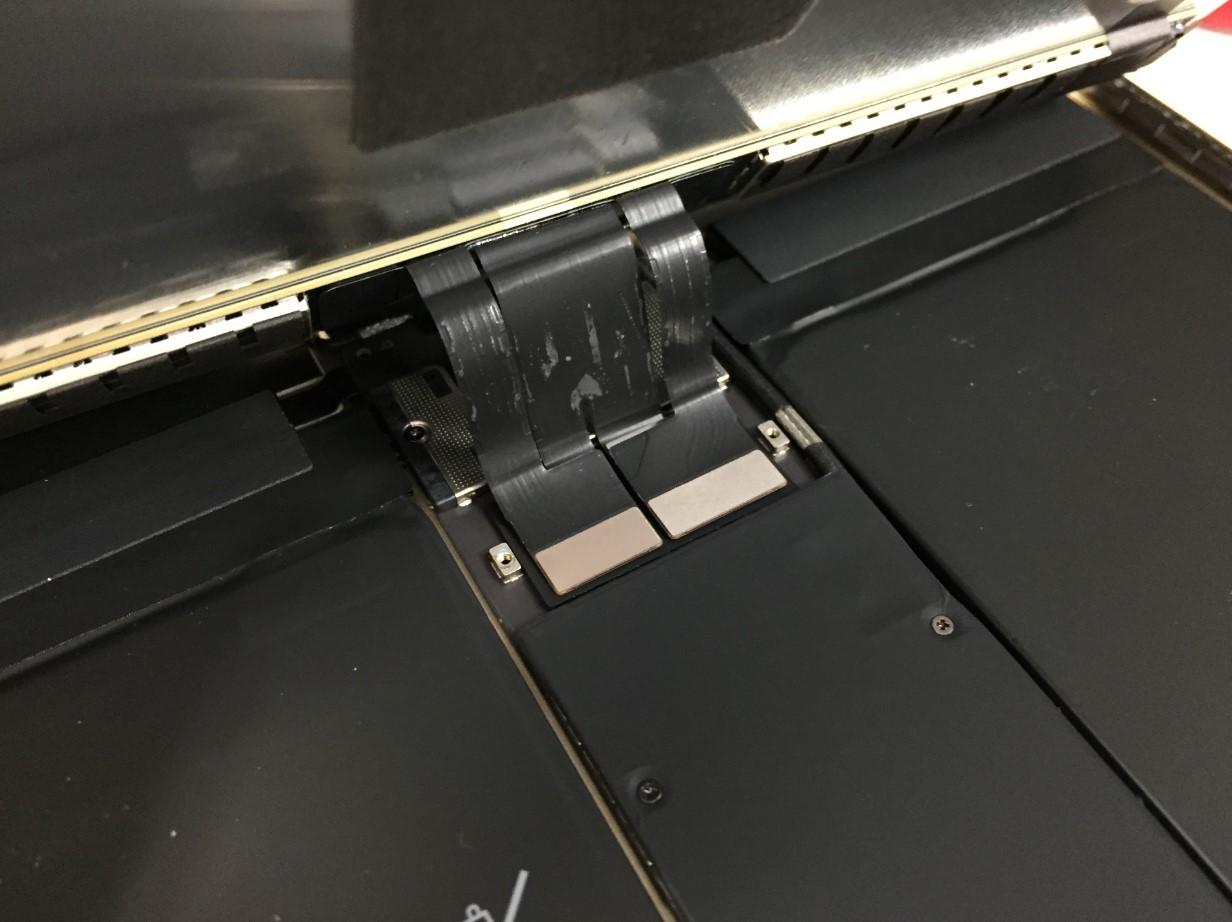 画面と本体を接続したiPadPro 10.5のケーブル