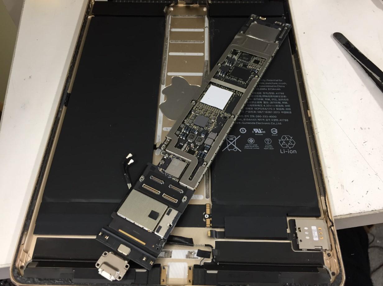 基板を本体から取り出したiPadPro 10.5