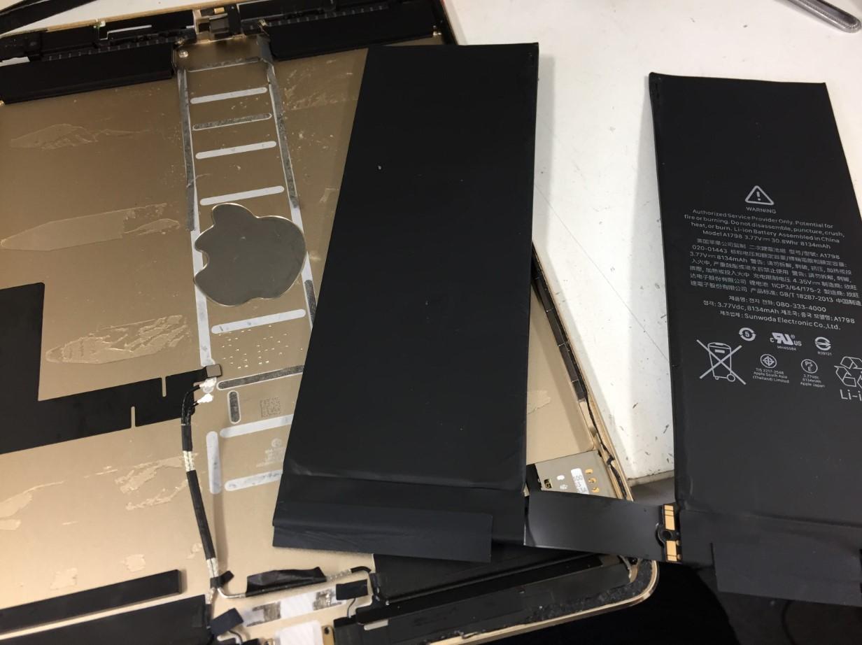 本体フレームから電池を取り出したiPadPro 10.5