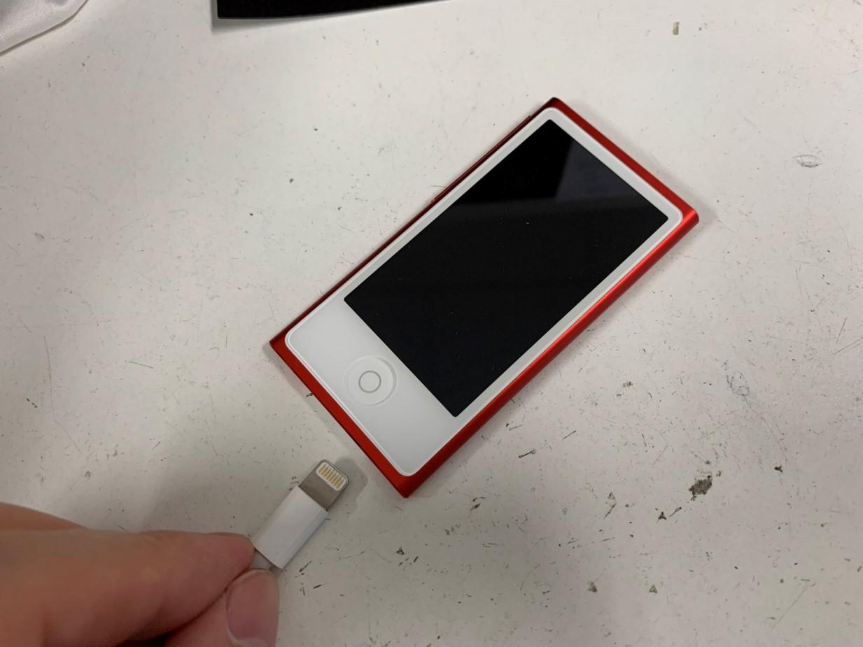 充電ケーブルを抜いたら電源が落ちるiPod nano 7