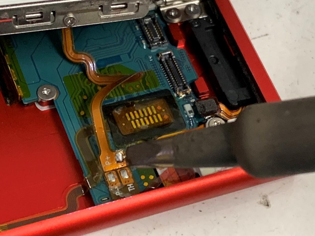バッテリーコネクタを外しているiPod nano 7