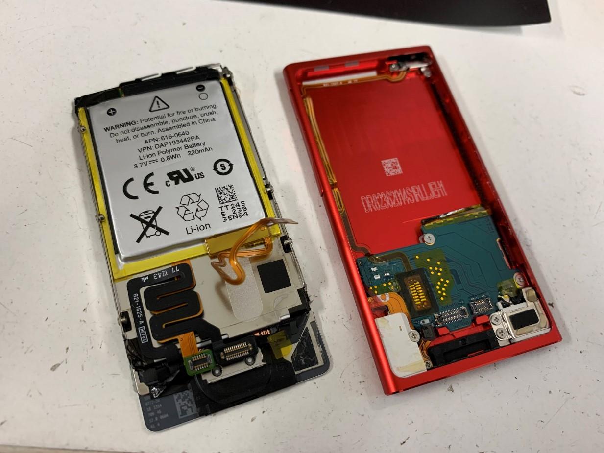本体から画面とバッテリーを剥がしたiPod nano 7
