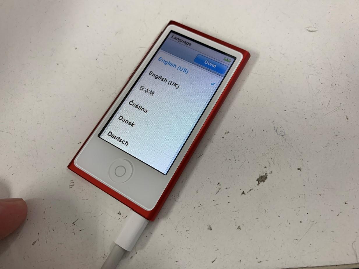 充電ケーブルを繋いだら電源が入るiPod nano 7