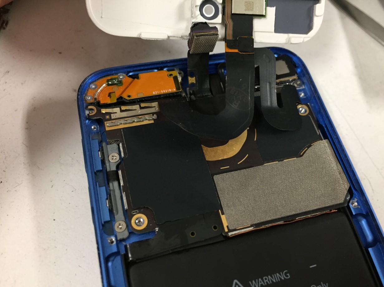 本体を分解しているiPod Touch 第6世代