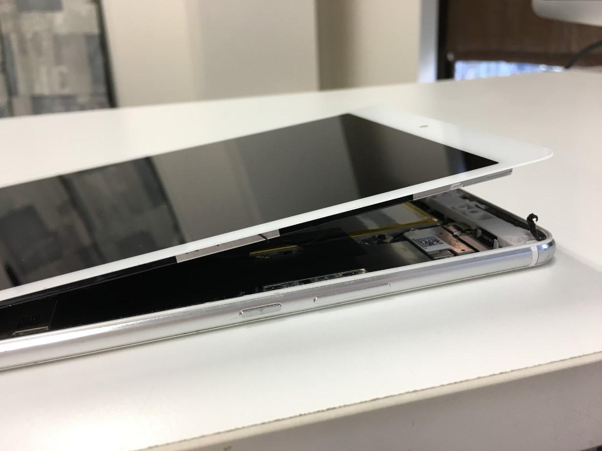 画面を持ち上げたMediaPad M3 Lite s