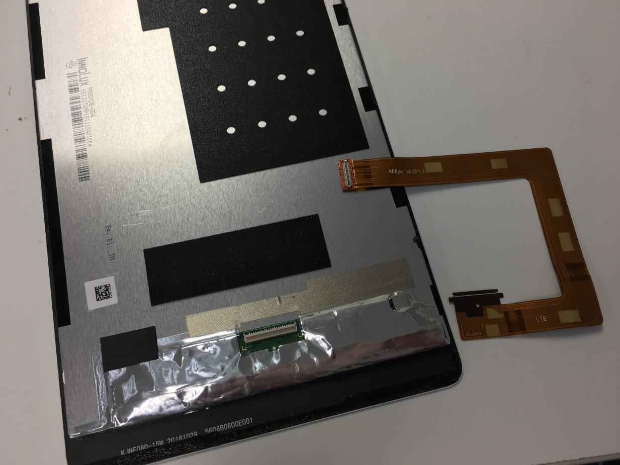 画面パーツを基板に接続するケーブルを外したMediaPad M3 Lite s