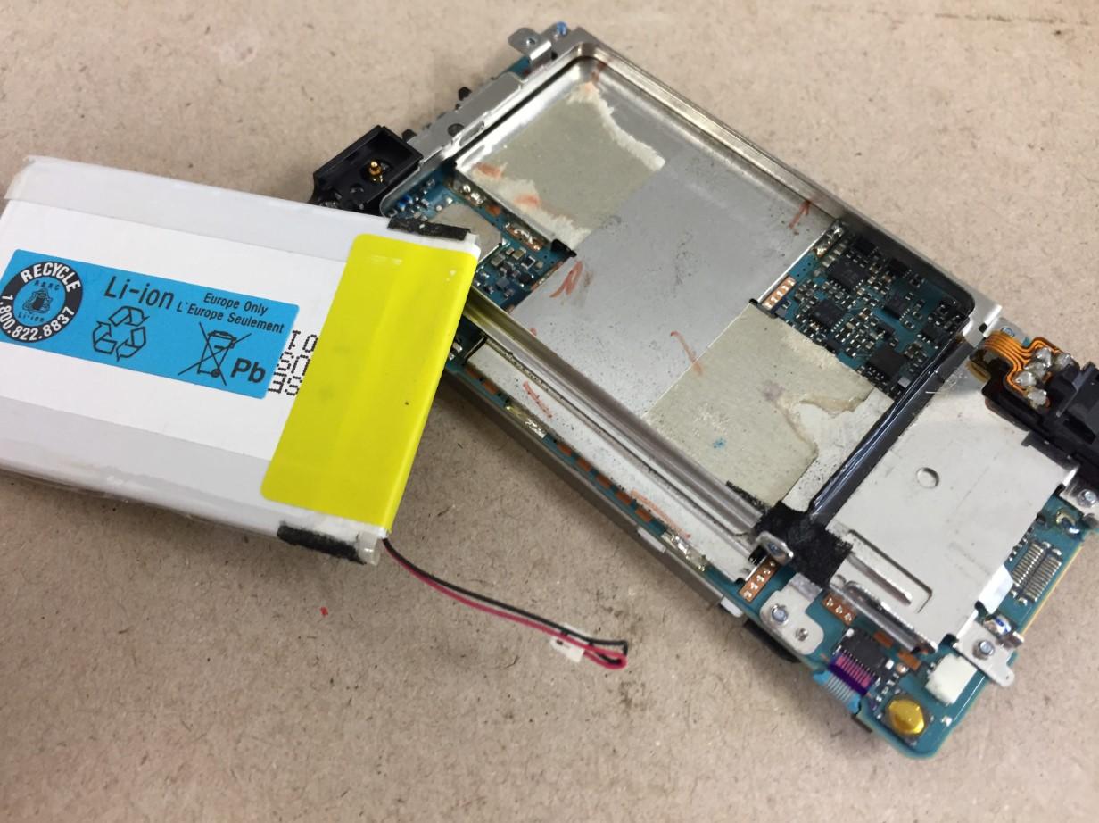 劣化したバッテリーを取り出したWALKMAN NW-A918