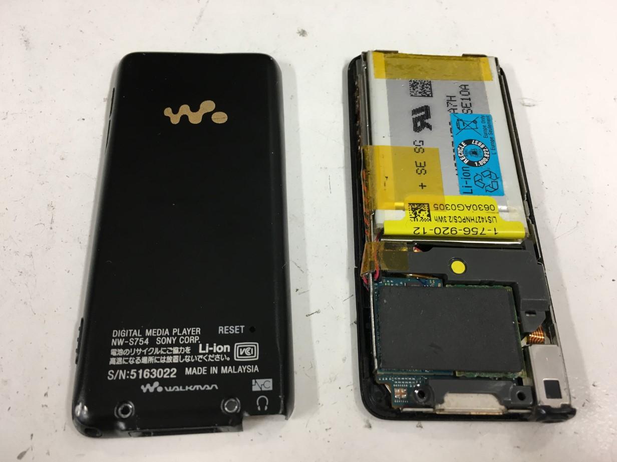 背面パネルを剥がしたウォークマン NW-S756