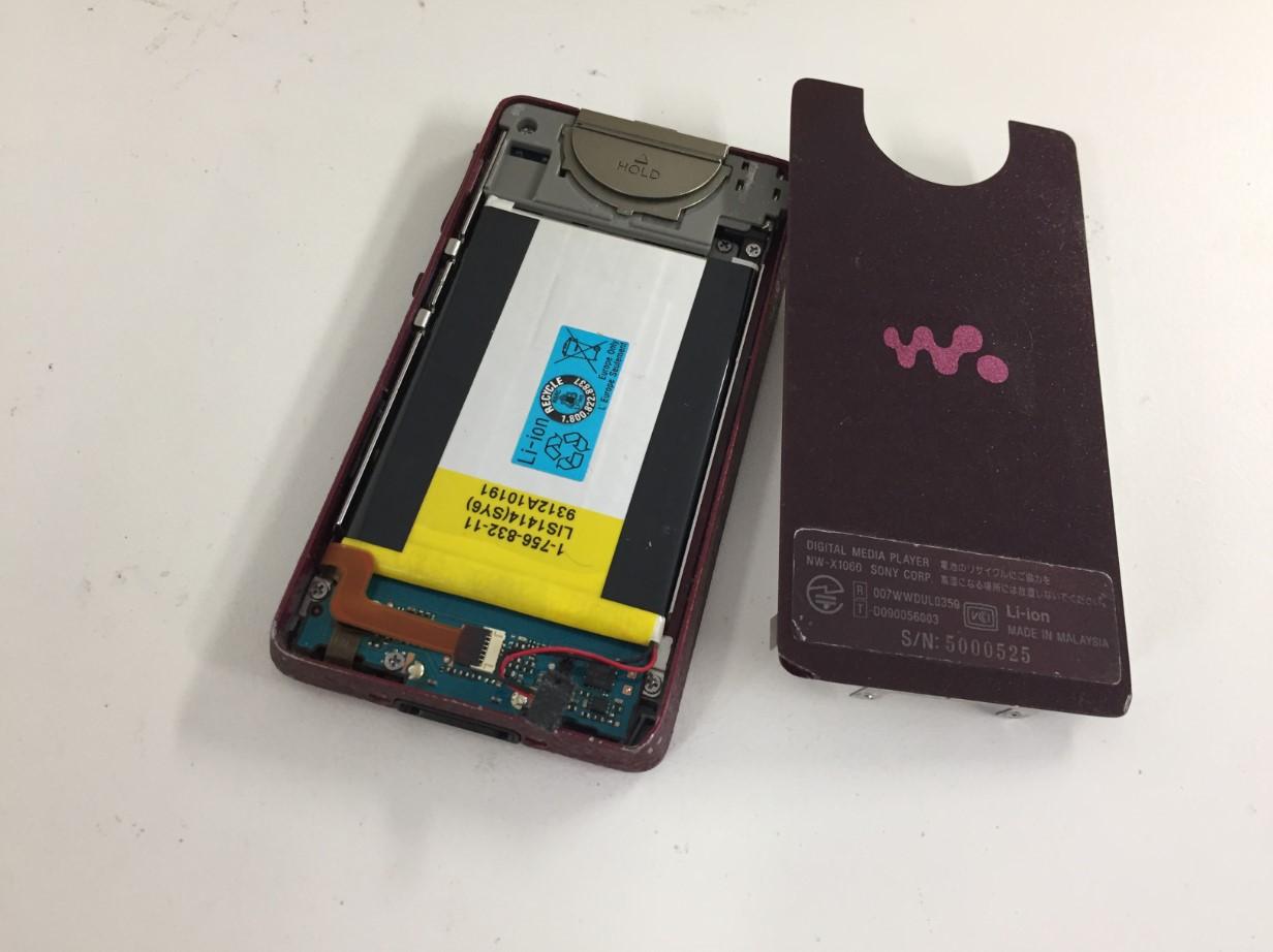 バックパネルを剥がしたウォークマン NW-X1060