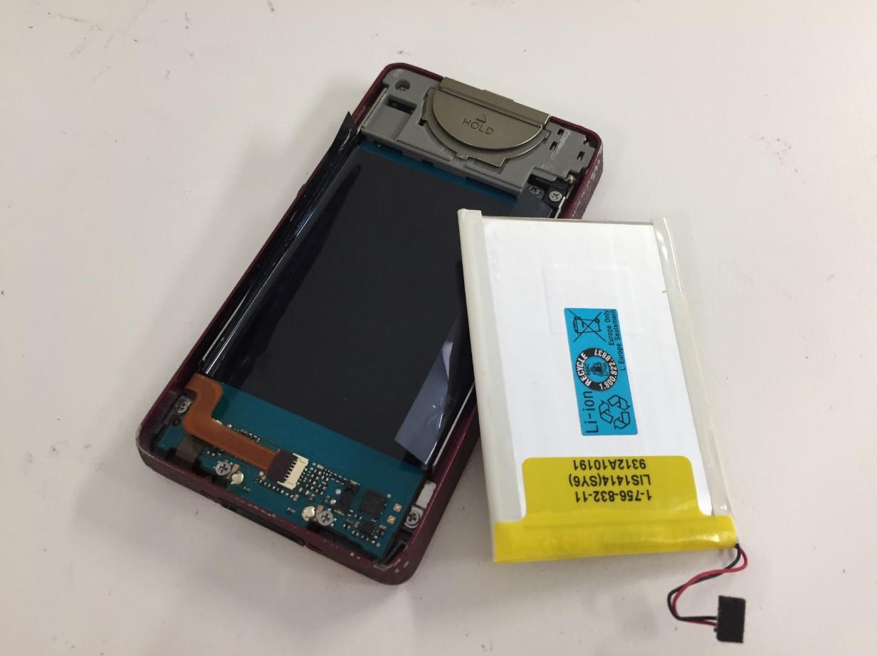 電池を本体から取り出したウォークマン NW-X1060