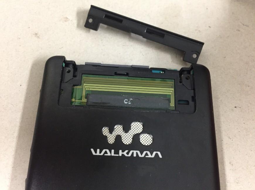 本体上部のプラスチックパーツを取り出したWALKMAN NW-F887