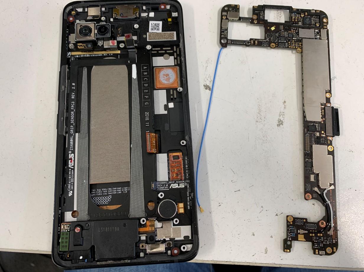 基板を取り外したASUS ROG Phone(ZS600KL)