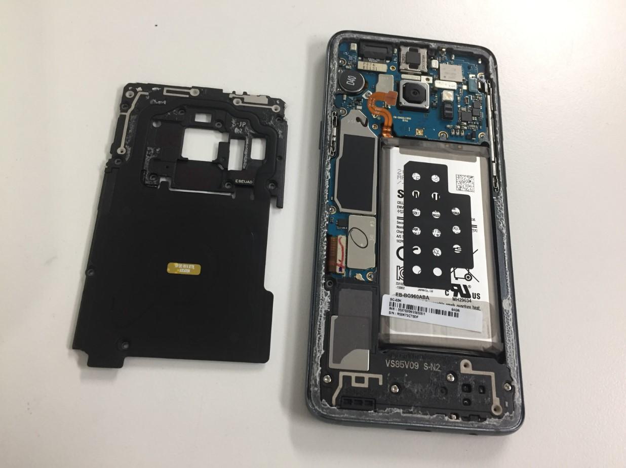 内部のプラスチックパーツを剥がしたGalaxy S9