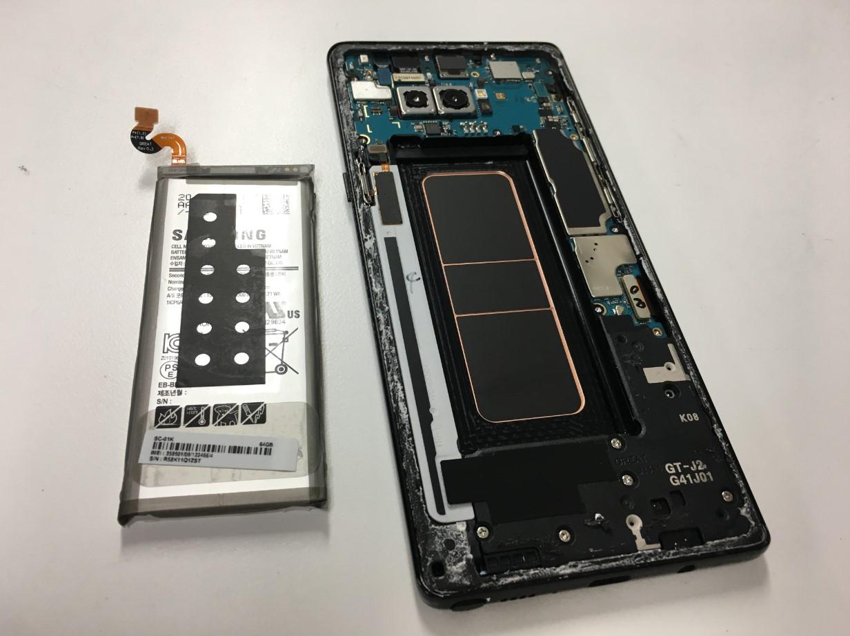 バッテリーを取り出したGalaxy Note8