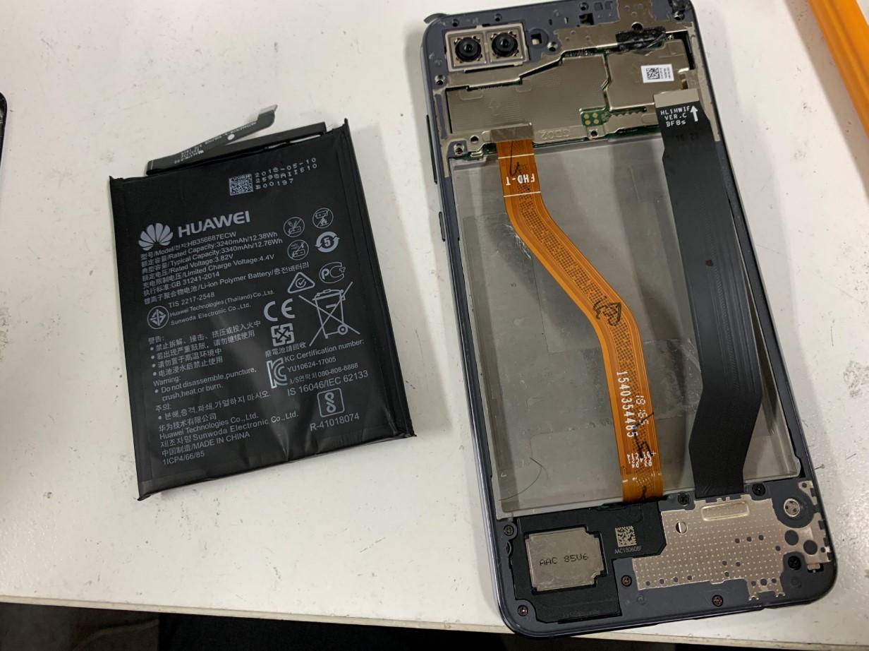 膨張したバッテリーを本体から取り出したNova2s