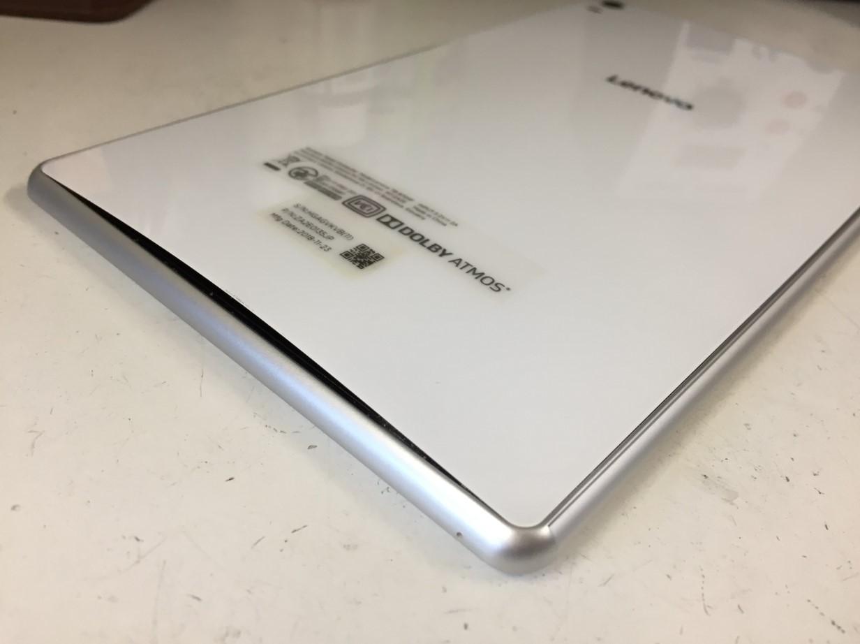 バッテリー膨張で背面パネルが浮いているLenovo Tab4 8
