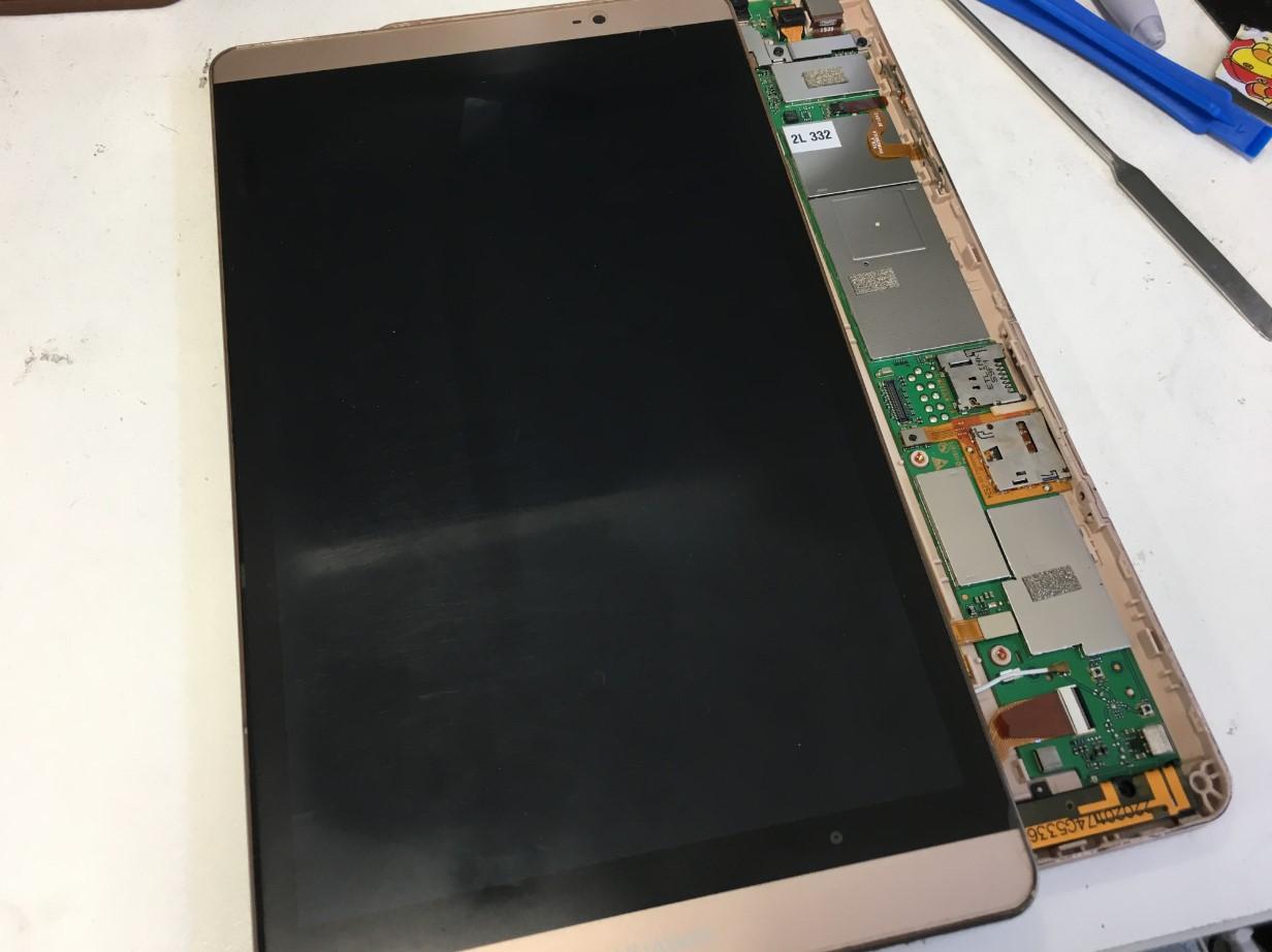 画面を本体から取り出したMediaPad M2 8.0