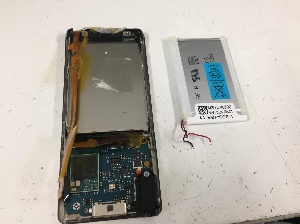 バッテリーを本体から取り出したウォークマン NW-S775