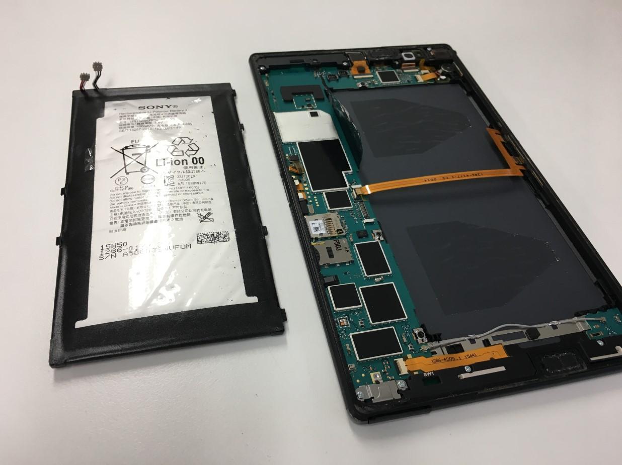 本体からバッテリーを取り出したXperia Z3 Tablet Compact