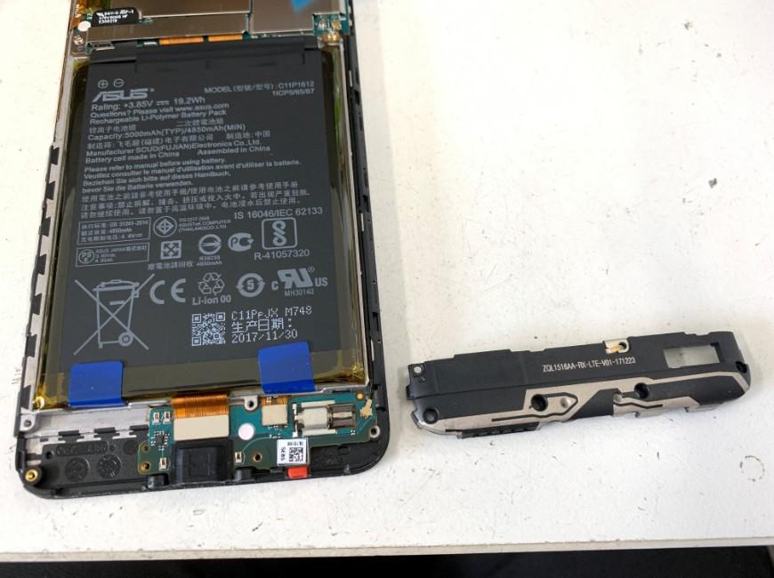 本体からスピーカーを取り出したZenfone Max Pro