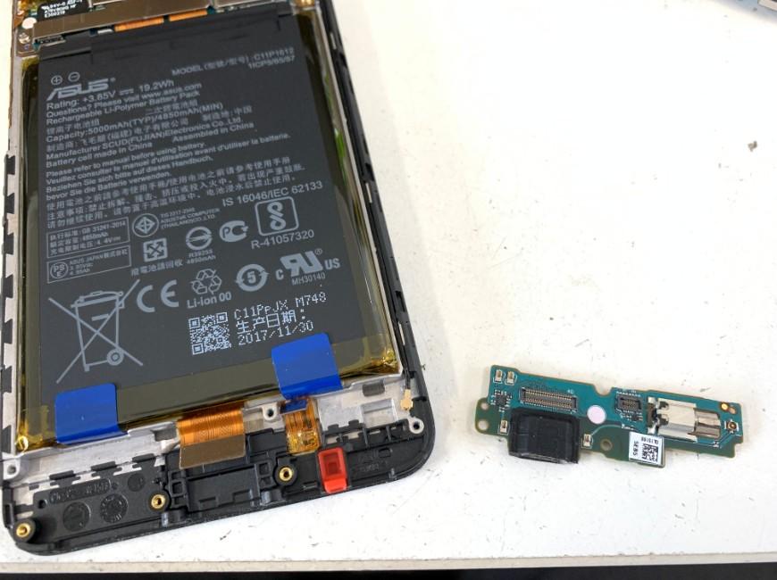 本体から充電口パーツを取り出したZenfone Max Pro
