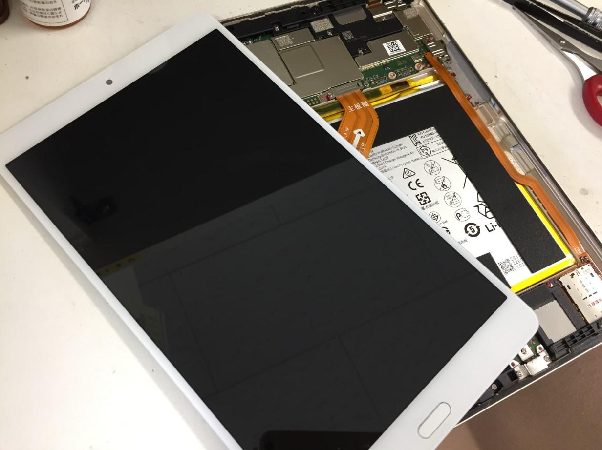 ディスプレイを本体から取り出したdocomoタブレット(d-01J)