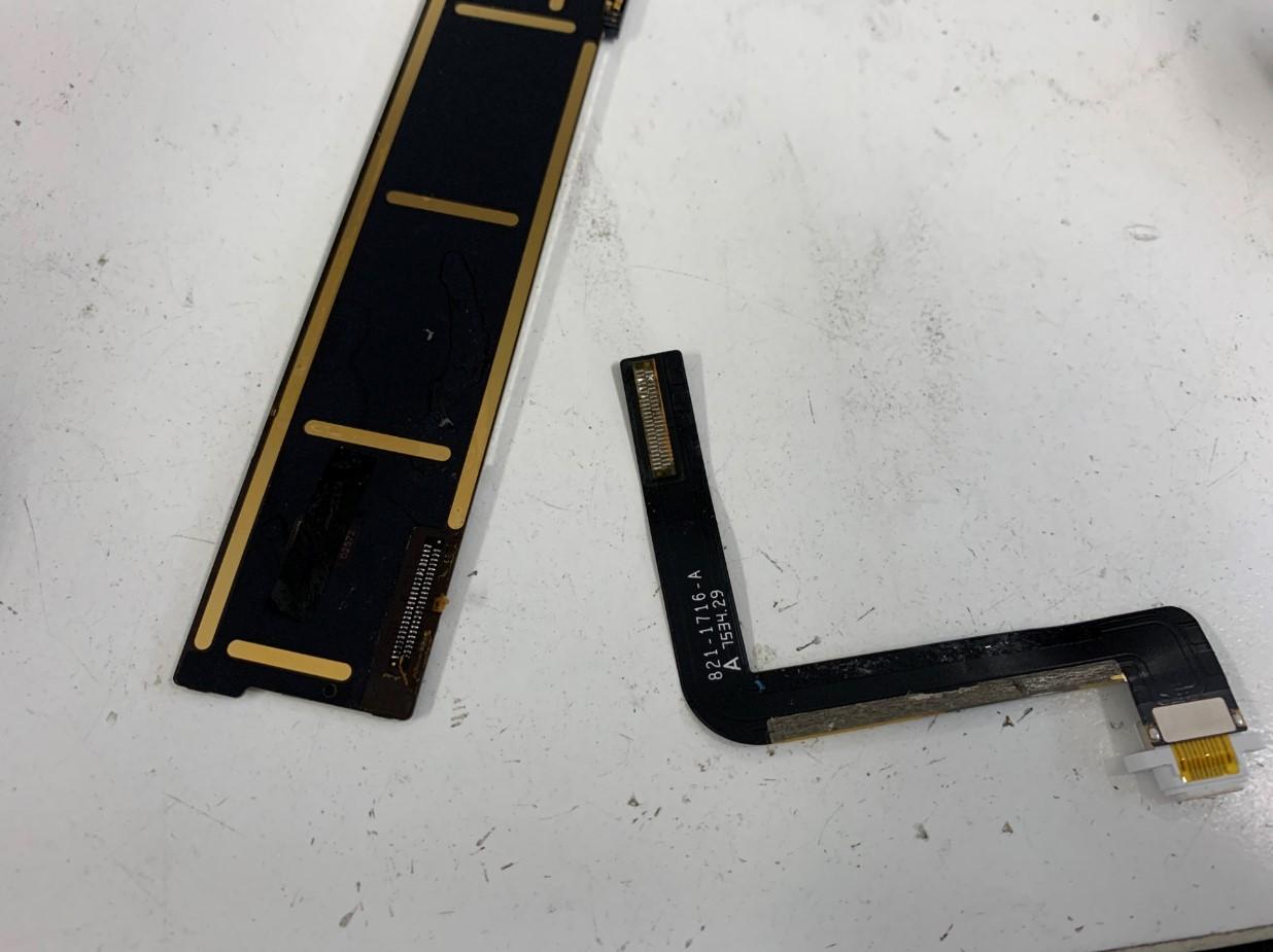 基板から充電口パーツを取り出したiPad 第5世代