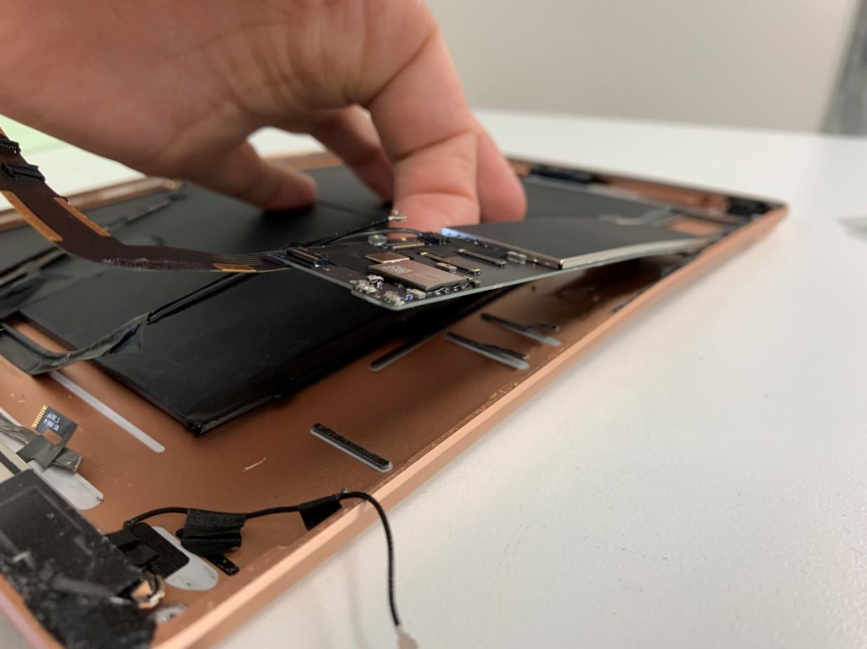 基板を浮かせたiPad 第7世代